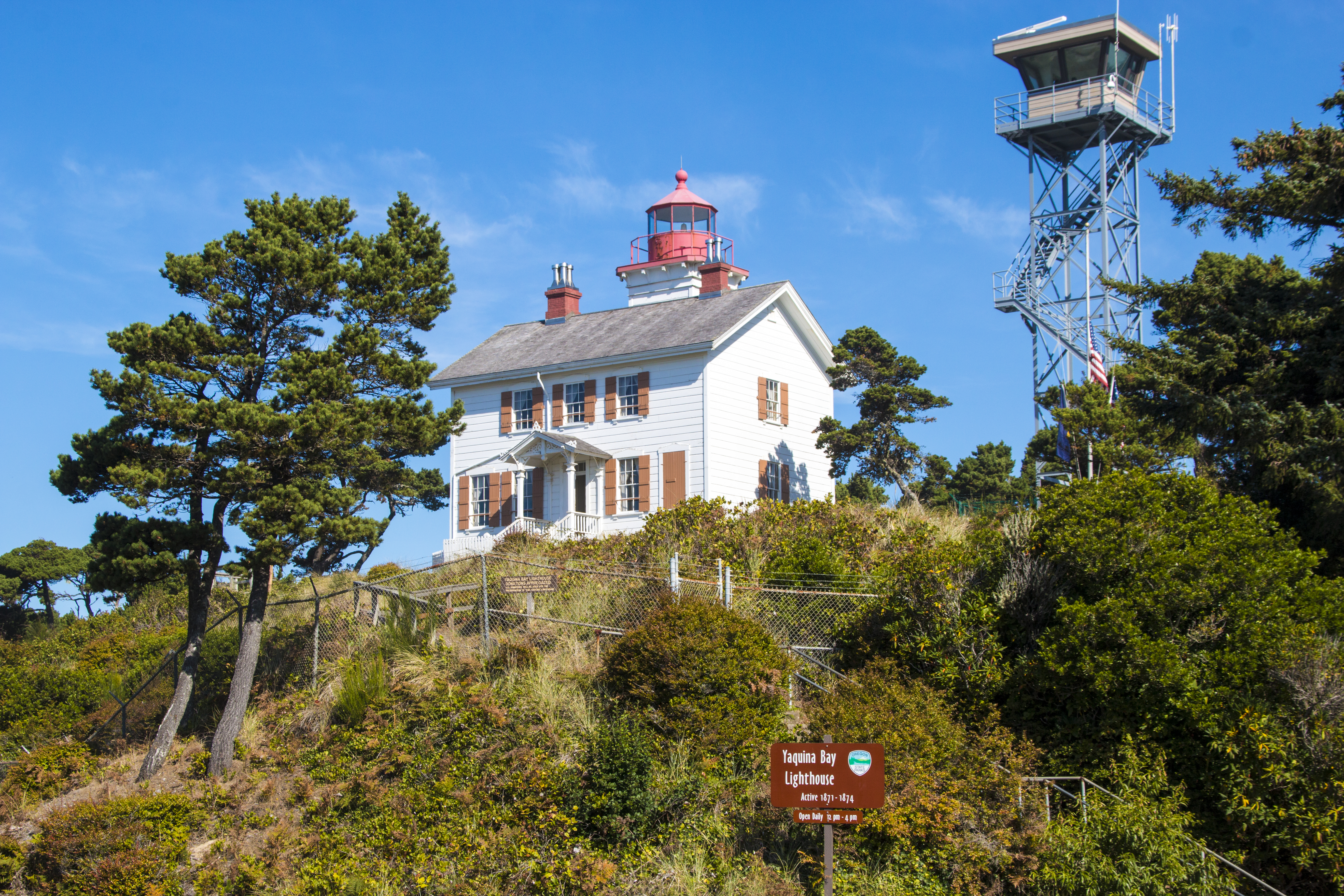 picture of Yaquina Bay lighthouse, part of the oregon lighthouses