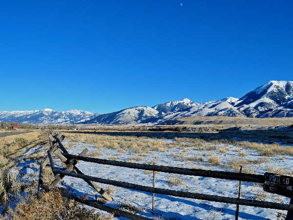picture of the Absaroka Mountain Range in Yellowstone National Park, part of the Wyoming wildlife and nature series